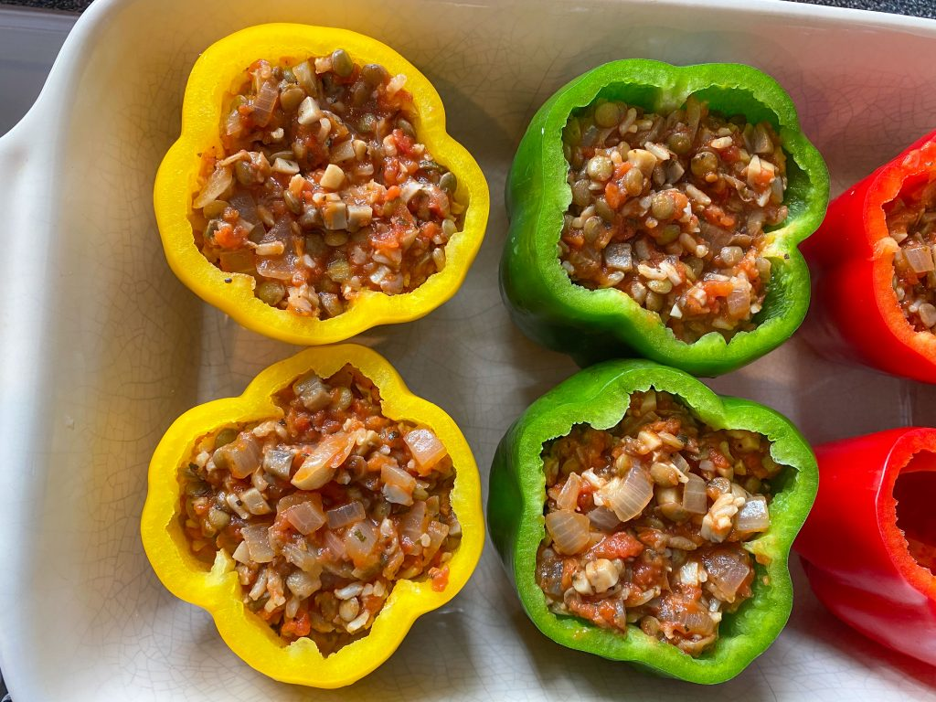 Fill the peppers with stuffing.