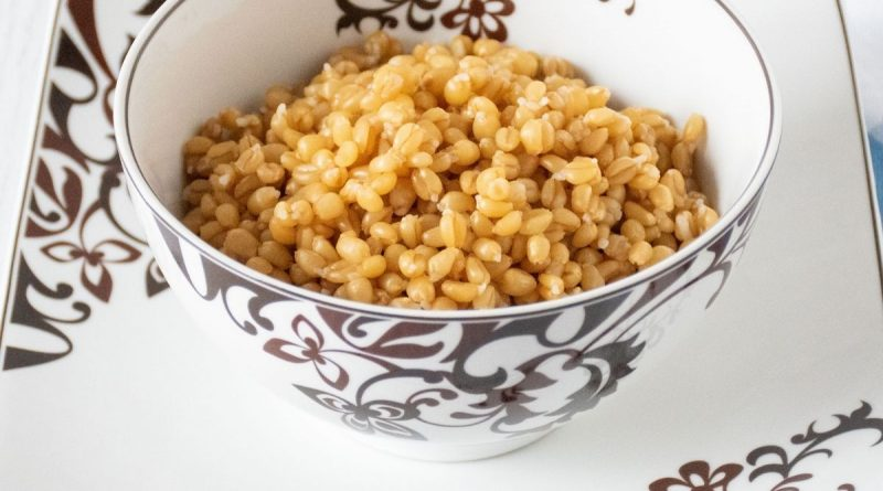 Bowl of cooked wheat berries.